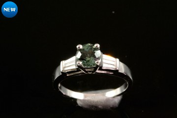 Plat. green sapphire and diamond ring