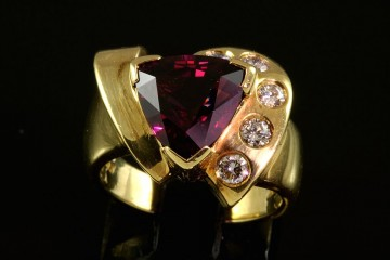 18kyg rhodolite garnet and diamond ring