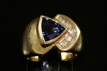 18kyg blue spinel and diamond ring