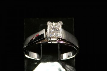 14kwg diamond solitare engagement ring