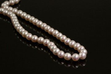 Assorted sizes of cultured pearl strands